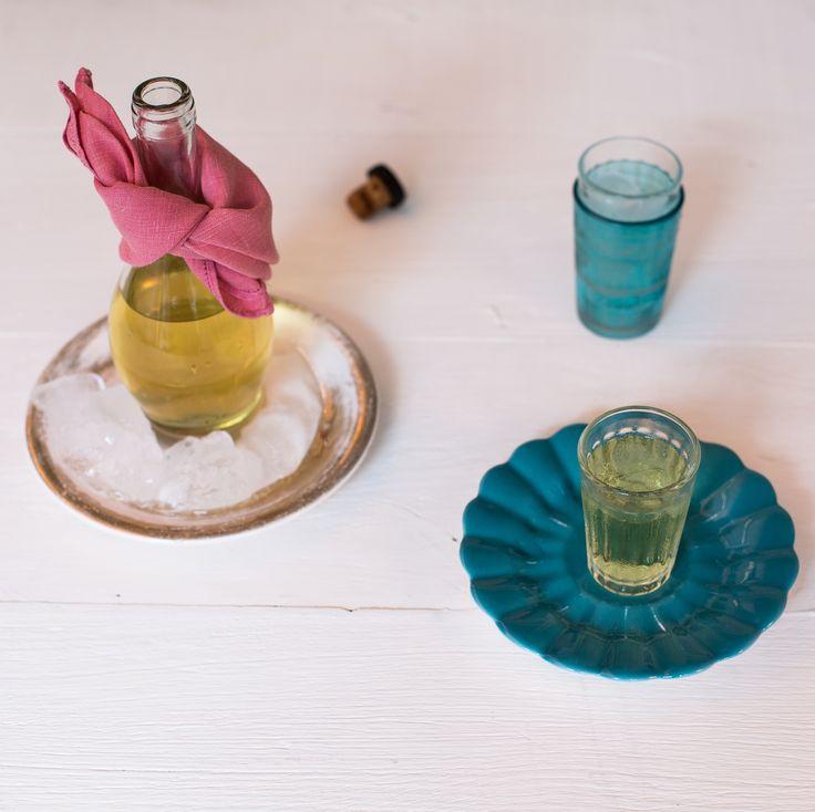 Limoncello caseiro | Receita Panelinha:   Este licor italiano de limão leva uns dias para ficar pronto. Mas o trabalho é todo do tempo. Mantenha no congelador e sirva, bem gelado, como digestivo, ou use para fazer drinques (é uma carta na manga para visitas inesperadas!).