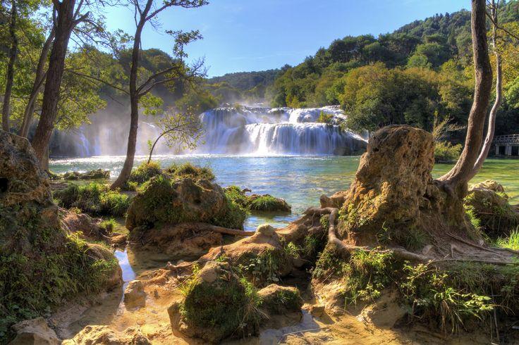 Unter zauberhaften Wasserfällen hindurchtauchen und sich fühlen wie in einem verwunschenen Land voller Flüsse und Seen? Willkommen im Nationalpark Krka!