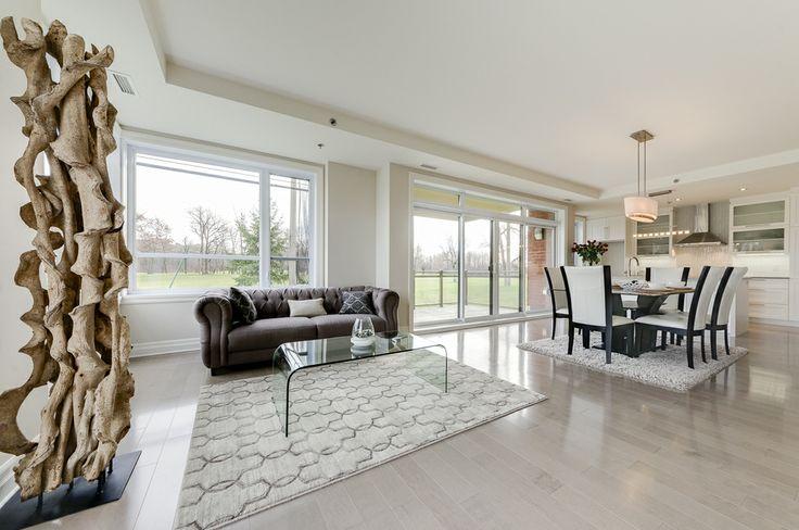 Le salon qui prolonge la salle à manger et la cuisine est agrémenté d'un foyer au gaz naturel est orné de pierre naturel qui ajoute de la chaleur à la pièce. http://www.monharmonie.com/