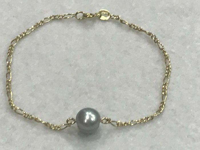 18 kt geel gouden armband met grijs gekweekte parel. 19 cm  18 kt geel gouden armband met grijs zoetwater cultuurparelGesp: 18 kt geel goud.Model: Cartier 3:1.Maten:Lengte: 19 cm.Breedte: 1.8 mm.Gekweekte ZOETWATERPARELS barok.Pearl: 7 mm.Kleur: grijsGewicht: 2 g.Nieuw nooit gedragen.Beschikbaar voor levering.Verzending per aangetekende postMet verzekering.Optioneel vak (zal veranderen verzendkosten).Verzendkosten bevat extra verzekering van een verzekeringsmaatschappij privé sieraden  EUR…