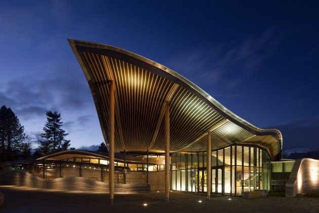 The VanDusen Botanical Garden Visitor Centre creates a harmonious balance between architecture and landscape—from a visual and ecological perspective. Inspired by the organic forms and natural systems of a native orchid, the1,765-square-metre  building is organized into undulating green roof 'petals' that float above rammed earth and concrete walls.