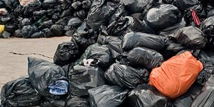 Dużo worków z posegregowanymi śmieciami