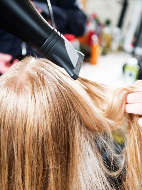 Beste Hitzeschutz für die Haare: Unterschiede & Tipps ✓ Wie der Hitzeschutz wirkt ✓ So wird er angewendet ✓ Diese Produkte gibt es ✓ – Alle Infos hier »