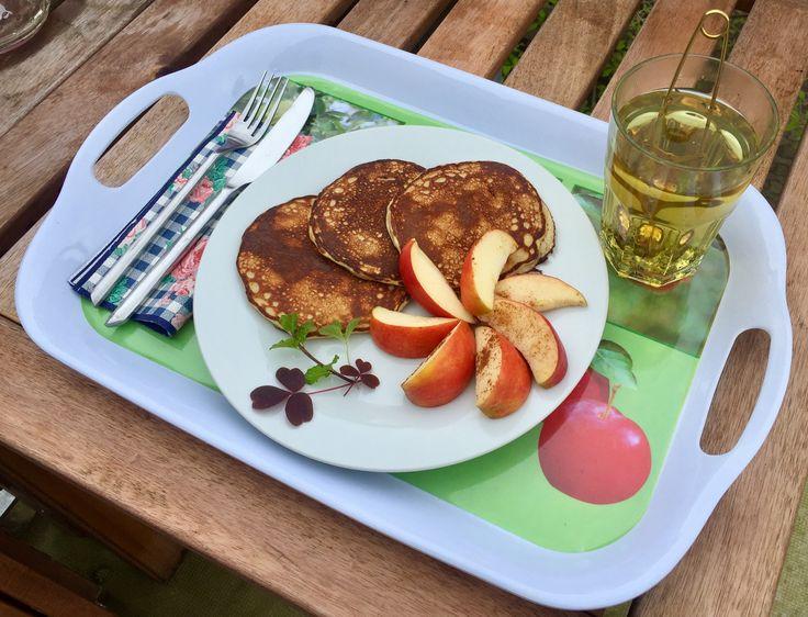 Morgenmad i haven. PROTEINPANDEKAGER: 🔹30 g havregryn 🔹30 g proteinpulver 🔹1 banan 🔹2 æg. Det hele blendes sammen og steges til gyldne små, tykke pandekager.