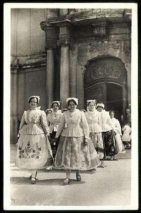 Kalocsai lányok a templomból jövet   Képeslapok   Hungaricana