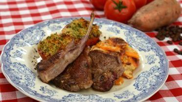 Lamskotelet met gratin van zoete aardappelen, tomaten uit de oven en koffiesaus