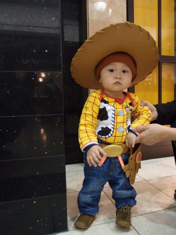 This is so incredibley cute!! http://www.huffingtonpost.com/2014/10/15/baby-halloween-costumes_n_5939714.html