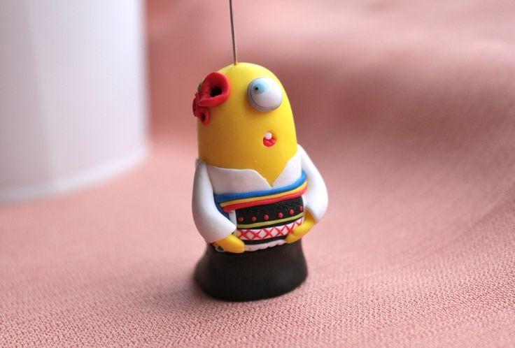 Figurina minion iubitor de folclor romanesc - REZERVATA (lucrare inscrisa in Concursul Decoreaza-ti Iarna, cu Breslo!)