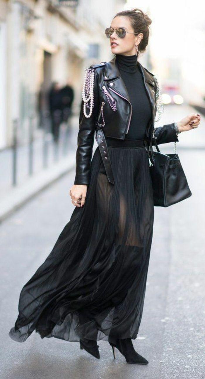 dd6e2ffda4 bien habillée en robe de tulle noire semi-transparent, bottines noires  talons aiguilles, grand sac quotidien en noir, veste courte de rocker avec  des ...