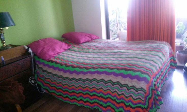 Esta misma colcha de 2 plazas tejida a crochet con hilo de algodón; sus diseños puestos en forma vertical.
