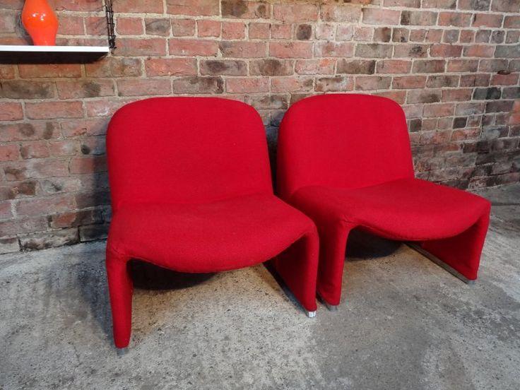 De rode stoelen van de bank.