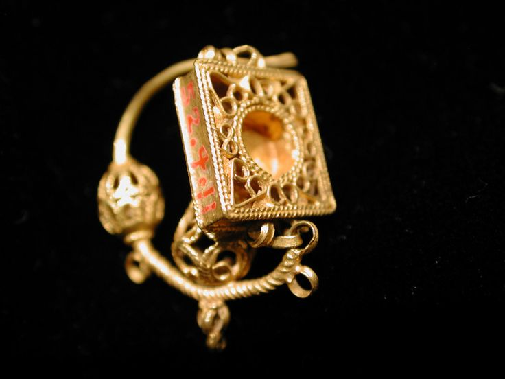 Gold Earring from Persia 11th- 12th century  H. 1-15/16 (3.4 cm)- Gold wire and sheets with filigree  the metropolitan Museum of Art