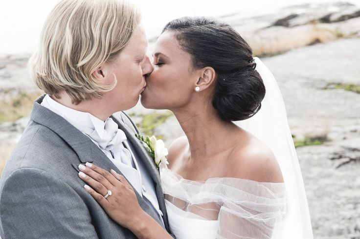 Look at this cute couple! We at Kulmala are proud to have made the rings for them. Photographer: Tuukka Ervasti #kulmalajewellery #happilyeverafter #summerwedding