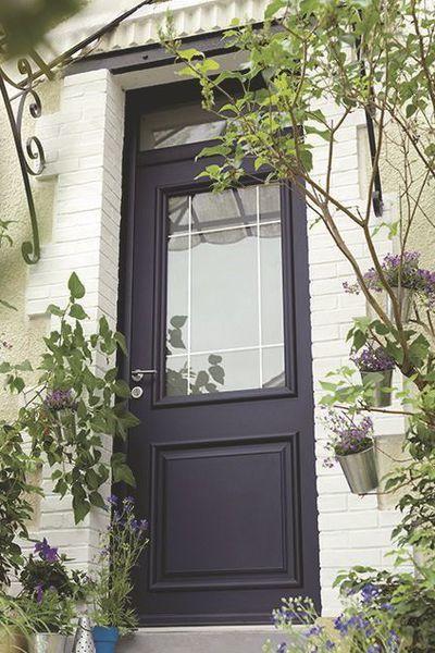 Cette porte d'entrée sur-mesure en aluminium à haute isolation phonique est fabriquée en France. Double vitrage de sécurité. Porte Ariane. Lapeyre.