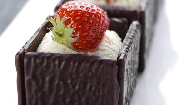 After Eight Würfel mit Vanilleeis und Erdbeeren: Rezept - Sweet & Easy - Enie backt - sixx