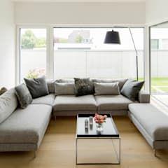 Haus p: wohnzimmer von ferreira