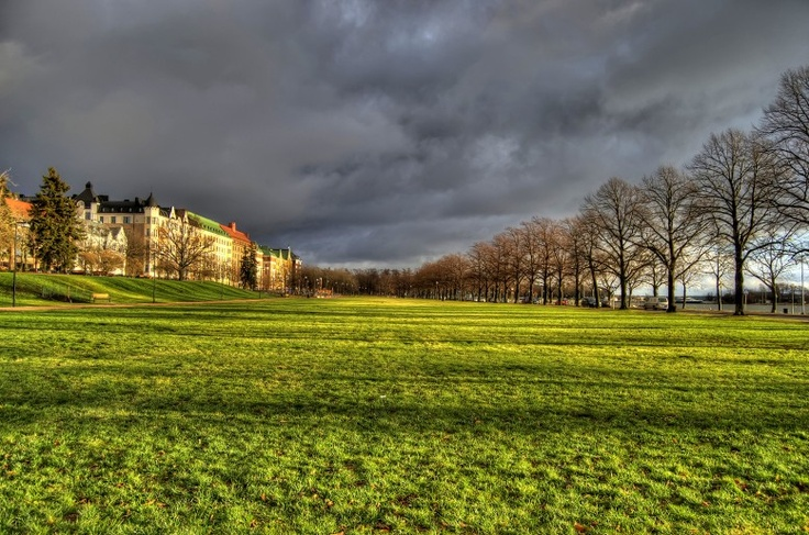 This is a field in the Ullanlinna district of Helsinki. To the left, you can see some valuable apartments and to the right is the Suomenlahti bay.