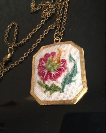 """Купить Кулон """"Цветочный мотив"""" - Вышивка крестом, кулон с вышивкой, вышитый кулон, латунь"""