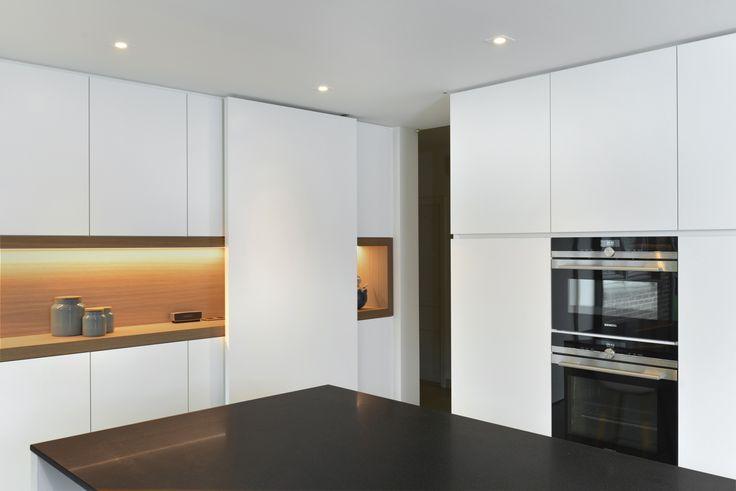 Strakke greeploze keuken HPL wit met granieten werkblad (4)