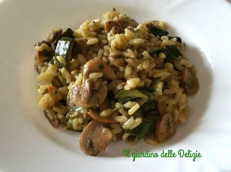 Il risotto zucchine e champignon è veramente gustoso oltre che delicato, i funghi li potete unire inizio cottura del riso o dopo averli già cotti.