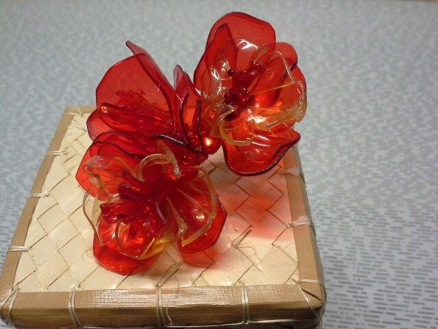 Fiori rossi creati con riciclo bottiglia di pastica