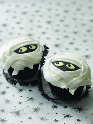 """""""I want my MUMMY"""". Make these Ghoulish Mummy Cupcakes from Stitch Craft Create for Halloween with my list of top 10 Halloween movies. Win-win!"""