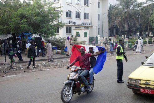 Certains habitants ont mis le drapeau francais sur leur véhicule pour approuver l'intervention française.