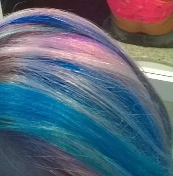 Rosa pastel com mechas marcadas azul (Crazy colors)