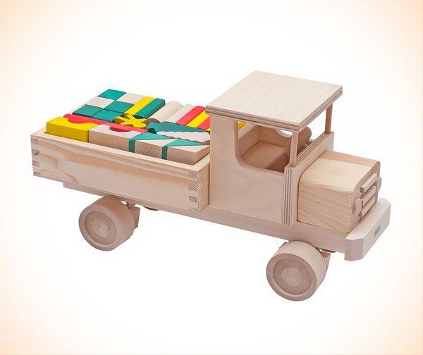 Drewniany samochodzik polskiej produkcji. Solidne zabawki ciągle w modzie :)  #klocki_drewniane #polskie_zabawki #supermisiopl