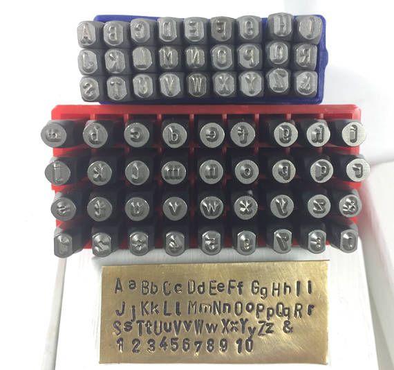 Stahlstempel für groß- und Kleinbuchstaben schreiben. Werkzeug, gehärteten Stempel Buchstaben-Sets. Kleinbuchstaben sind gekennzeichnet. Diese Alphabet Stempel erhalten Sie sofort Stempeln. Die Buchstaben kommen in einer Qualität Kunststoff-Halterung. Diese Stempel sind einfach zu bedienen