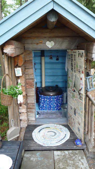 """Eko-huussi """"Pikkula"""" rakennettu 2010. Maalattu siniseksi sisältä. Sisustettu vanhoilla leluautoilla ja legoilla. Ikkunassa pitsiverho ja istuin puettu""""mekkoon"""".Käsienpesupaikka on ulkopuolella ja..."""