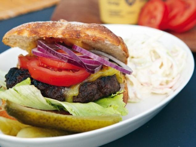 Hamburgare – Per Morbergs recept. Om du inte slarvar med brödet och tillbehören blir hamburgarna lika goda som Per Morbergs.