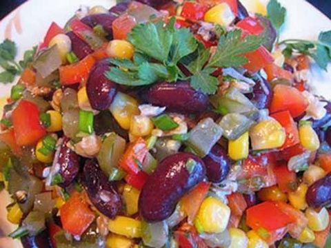 Красивый на вид яркий салат, который очень вкусен и без майонеза. Поэтому подойдет тем, кто предпочитает этот продукт не употреблять. Ингредиенты:  Консервированная красная фасоль - 1 банка Консервир…