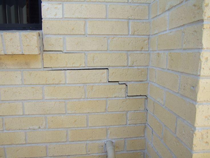Crack in brickwork in corner. www.cornellengineers.com.au