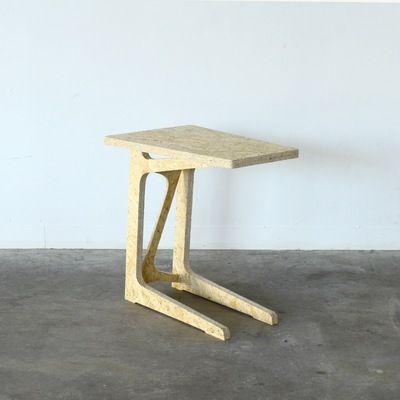 ソファテーブルの組み立て式家具です。ソファに座りながら作業をしたり、映画を見たりする際にとても便利です。仕上げのヤスリがけをしたり塗装をするなど、作る過程をを楽しんでいただけるようシンプルな作りとなっています。size : W.500 D.250 H.500(mm)---※受注生産のため、ご注文からお時間を頂く場合がございます。