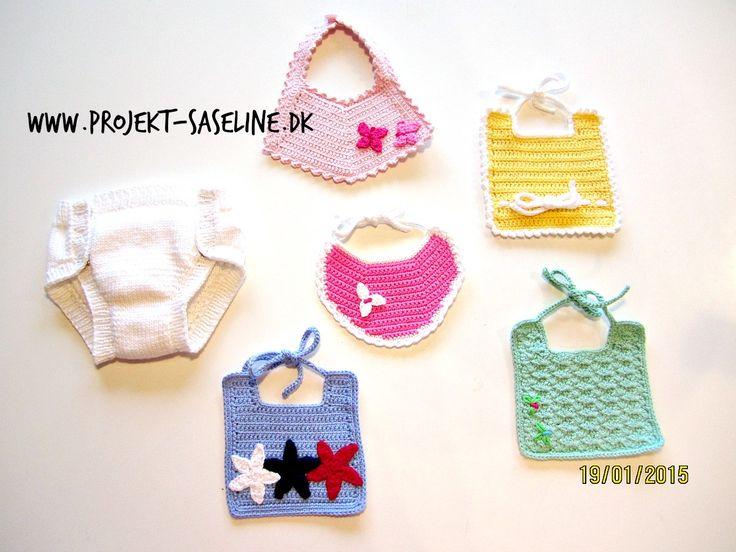 Baby born opskrifter 43 cm. Bleen med trykknapper og 5 forskellige hagesmække. strikket og hæklet. www.projekt-saseline.dk