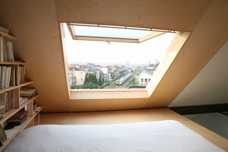 【お父さんの隠れ家スペース】最上階の勾配天井の下に作られた大きな天窓付きのロフトのベッドエリア | 住宅デザイン