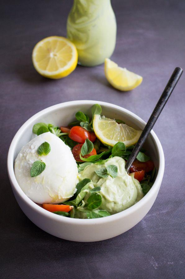 Salade tomates mozzarella et vinaigrette crémeuse à l'avocat et citron, recette sur la Godiche www.lagodiche.fr