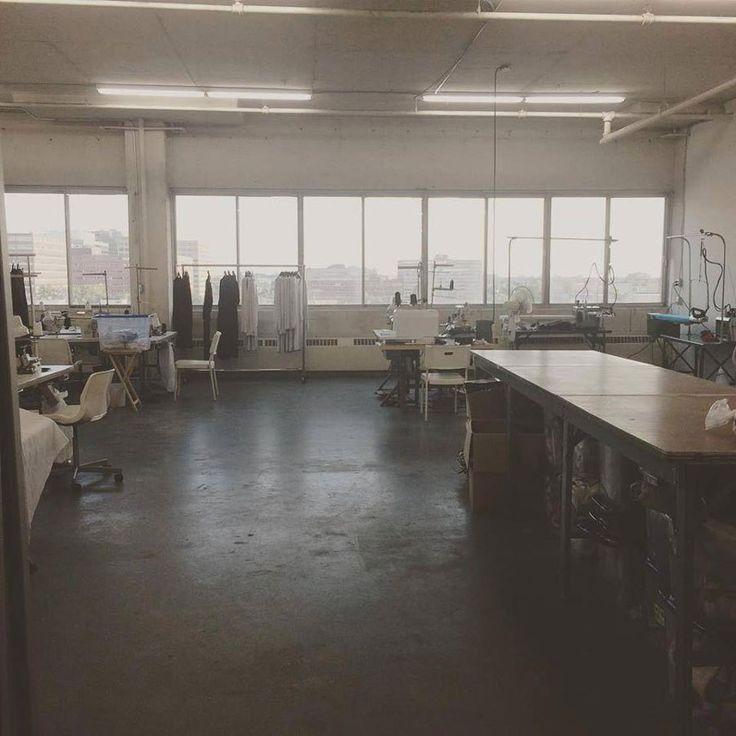 LES ATELIERS À FAÇON Atelier de fabrication et de développement de vêtements, moyen de gamme, haut de gamme et luxe, basé à Montréal. Les ateliers ont été fondés par Chantal Malboeuf qui revient à Montréal après 12 années passées à travailler pour Louis Vuitton, Givenchy et Céline.