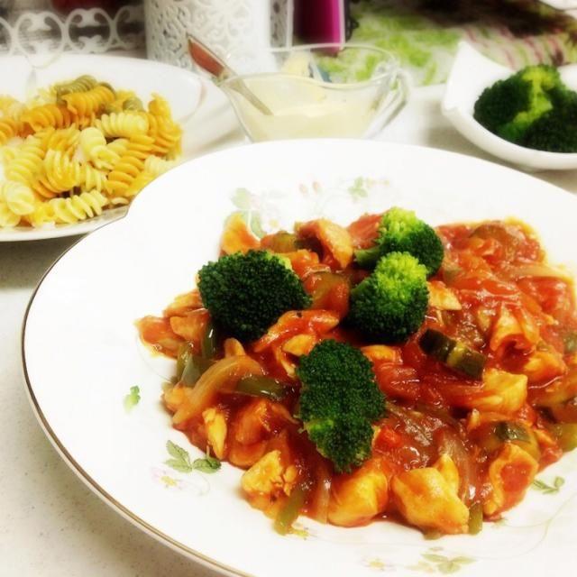 お茄子、ピーマン、玉ねぎのみじん切りと一緒にコトコト煮込んだおソース。 彩りにブロッコリーを添えて。 パスタはイタリア伝統のオーガニックのブリッジ使用。向こうに見えるパスタです。色とりどりで可愛いです♡ - 20件のもぐもぐ - 鶏ササミのトマト煮パスタ by honjosaeyQl