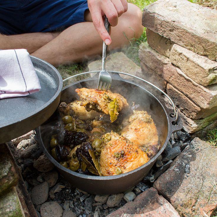 De pruimen in deze simpele, maarsuperlekkere schotel zorgen vooreen heerlijk kleverige, zoete saus.Met een 'Dutch oven' of een zwarepan op het vuur wordt dit gerechtnog lekkerder dan uit de oventhuis.    1...