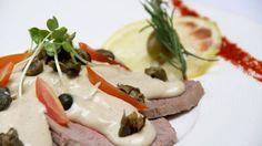 Vitel toné. El más pedido. Con peceto, salsa de anchoa y alcaparras en flor. / Foto: Clarín