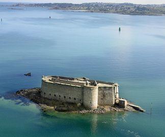 Le château du Taureau se trouve au milieu de la Baie de Morlaix. Datant du XVIème siècle, il a été construit afin de protéger la ville de Morlaix des attaques anglaises. #Baiedemorlaix #finistere #vauban