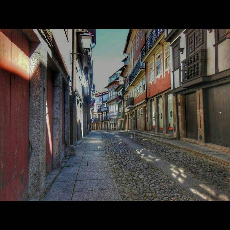 Y caminando descubrí la ciudad de Guimaraes, Portugal http://bit.ly/26JxYex