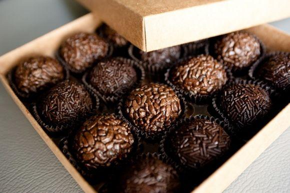 Brigadeiro Tradicional. Brigadeiro gourmet tradicional coberto com flocos de chocolate.