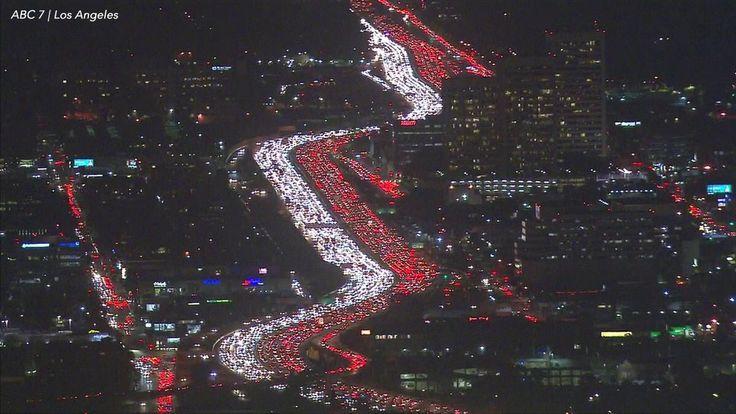 Niesamowity film – biało – czerwona – utworzona ze świateł samochodów stojących w korku