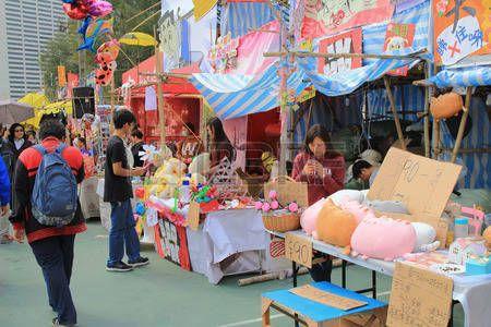 festival crowd in CNY flower market in victoria park