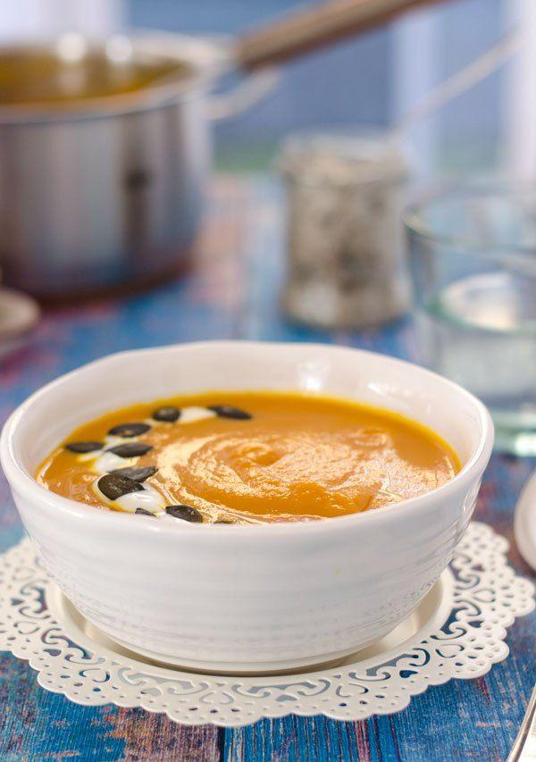 leichte Kürbis-Karottensuppe mit rotem Curry. Nur fünf Zutaten, steht schnell auf dem Tisch, kalorienarm und einfach verdammt lecker!