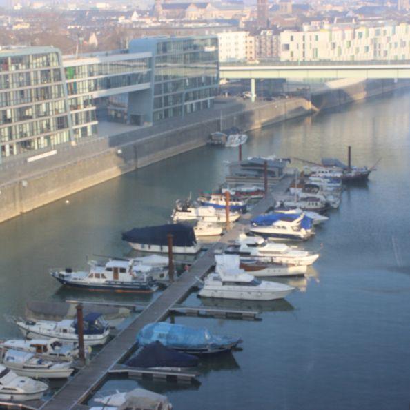 """""""Yachthafen Köln, Rheinauhafen"""", was man alles beim Blick aus dem Fenster sieht."""