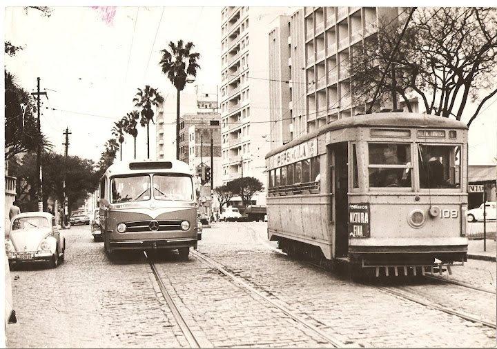 Ônibus monobloco e bonde da Cia Carris Porto-Alegrense na Av. Independência, 1966.